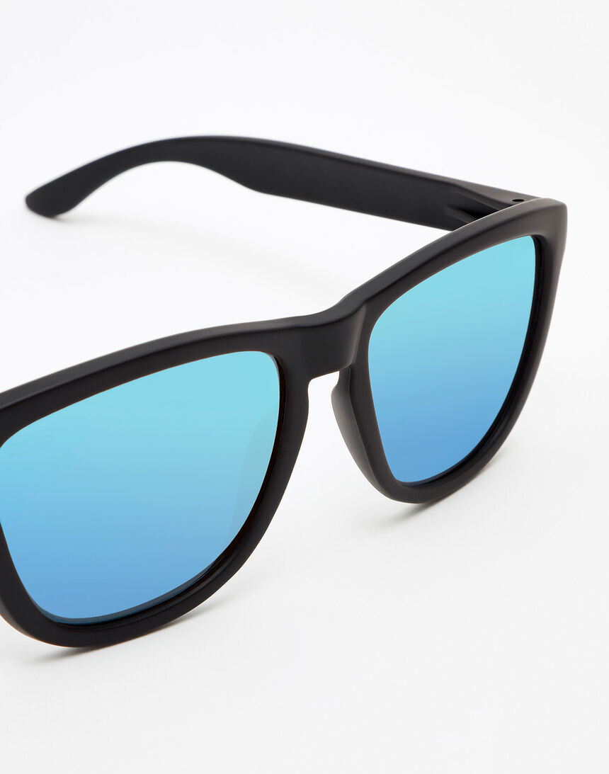 Hawkers Polarized Carbon Black Clear Blue One master image number 3.0