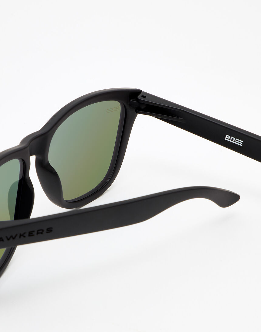 Hawkers Polarized Carbon Black Emerald One master image number 4.0