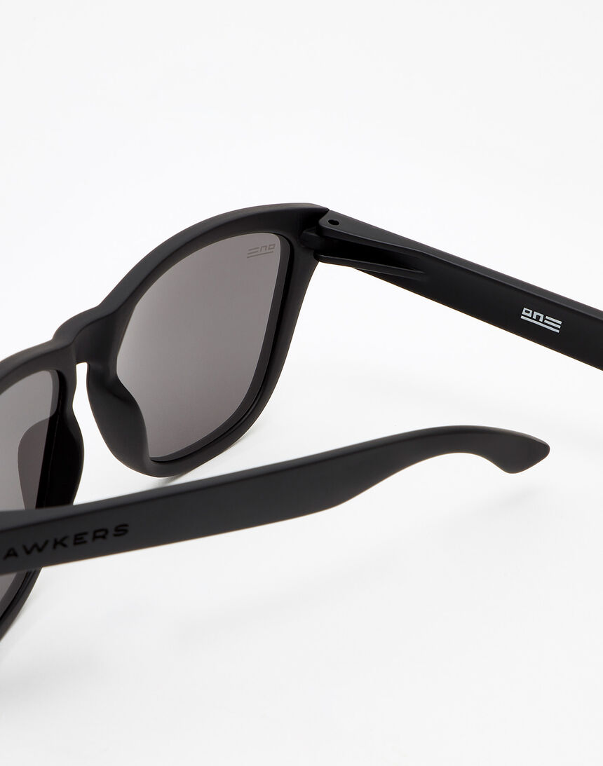 Hawkers Polarized Carbon Black Dark One master image number 4.0