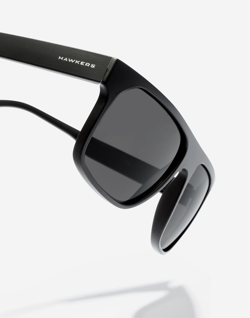 Hawkers CHEEDO - POLARIZED CARBON BLACK master image number 4.0